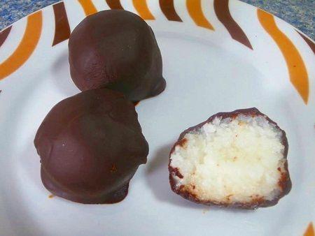 Las bolitas de coco y chocolate son una especie de bombón, típico navideño, rellenos de coco
