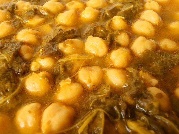 Los garbanzos con grelos son un potaje de lo más saludable. Un receta de comida vegetariana llena de proteínas, sin nada de grasas