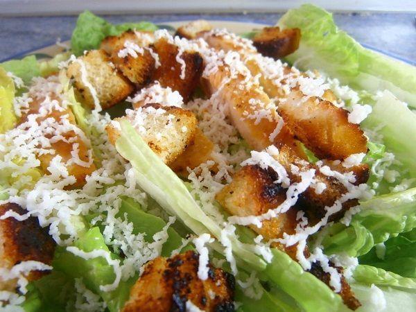 La ensalada Cesar es la ensalada más famosa del mundo. Además, esta receta es fácil y rápida de hacer. ¡No dejes de prepararla en casa!