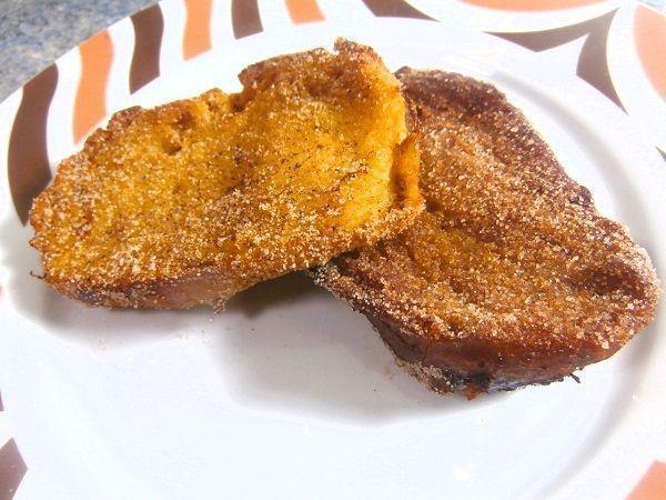 Las torrijas son una receta típica de semana santa y que consiste en un pan mojado en leche o vinos aromatizados. Después se pasa por huevo y se fríen en abundante aceite.
