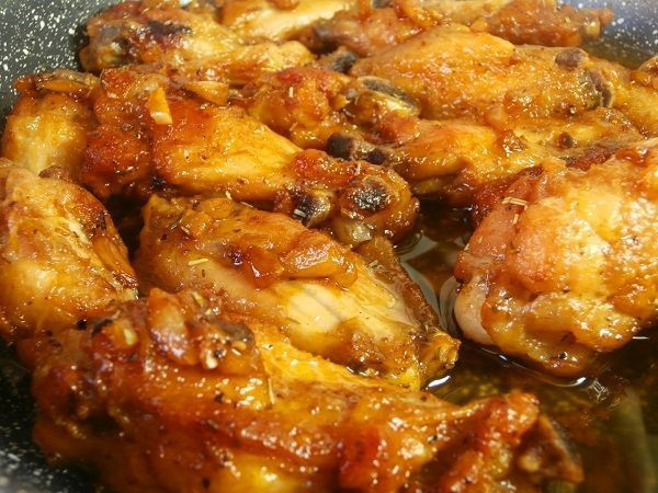 Las alitas de pollo al ajillo es una receta tipica española. Consiste en un pollo frito en aceite de oliva aromatizado con ajo al que, finalmente se le echa un poco de vino blanco para preparar una salsa para acompañar.