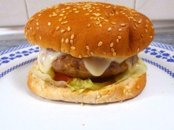 Hamburguesa casera con queso. El queso, se deshace si lo cocinamos a la vez que la hamburguesa y lo colocamos sobre el pan caliente