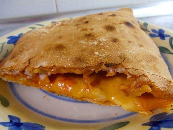 El calzone es una receta típica italiana. Consiste en una pizza convencional a la que se la ha plegado sobre sí misma, antes de hornearla. Así los ingredientes se cocinan y quedan encerrados en su interior