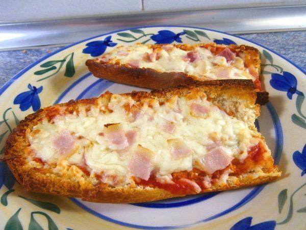 El panini es una pizza en pan. Es decir, la masa habitual de la misa, se sustituye por un trozo de barra de pan cortado por la mitad. Sobre este trozo de pan, se colocan los ingredientes y después se hornea brevemente.
