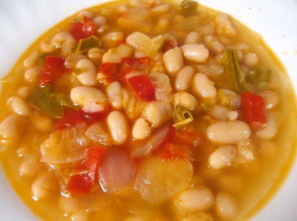 Las alubias con verduras, es una comida vegetariana o vegana, lleno de las proteínas de la legumbre y de las vitaminas de la verdura. Sin nada de grasa. Uno de esos platos saludables y ricos de preparar
