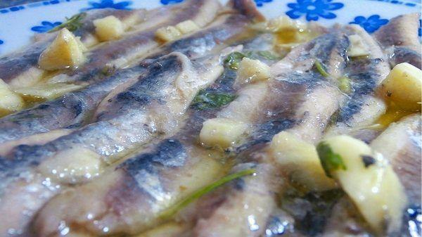 Las anchoas o boquerones en vinagre, es una receta típica española. Es una comida que consiste en unas anchoas que se han cocinado en frío, sobre vinagre. Después se le añade aceite de oliva, perejil y ajo y se deja macerar durante unas horas.