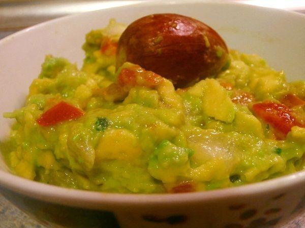 El guacamole es una salsa típica de mexico. Su ingrediente principal es el aguacate. Se suele utilizar para añadírselas a los tacos, o como acompañamiento de unos nachos, ambas comidas típicas mexicanas
