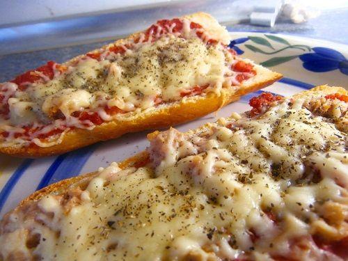El panini de atun es una especie de mini pizza muy rápida y facil de hacer. Se hace con una rebanada de pan, se colocan los ingredientes (tomate, queso, atun...) encima y se intruce durante unos minutos al horno