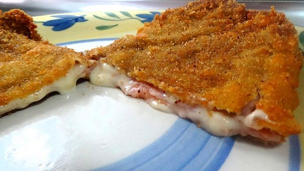 El Cordon Bleu o San Jacobos de ternera es un filete empanado y relleno de queso de sandwich y jamón york. ¡Una receta de cocina sabrosa y cremosa!