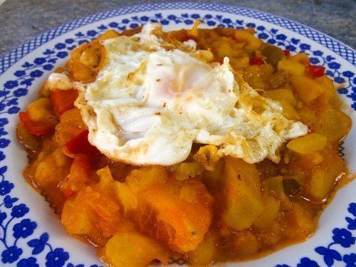 El pisto de calabacin y berenjena es un plato típico manchego. Consiste en un plato de verduras pochadas y que finalmente se sirve con un huevo
