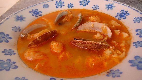 La sopa de pescado y marisco es una receta muy tradicional y que tiene mil versiones diferentes. Casi en cada pueblo, tiene una vesión distinta
