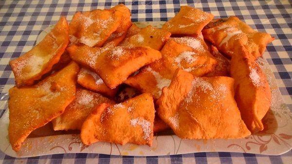 Las orejuelas son un dulce muy tipico de carnaval. Consisten en una masa de harina y huevo, la cual lleva aditivos como anís para darle sabor. Finalmente se fríen