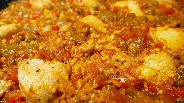 El arroz con pollo y verduras es una de las formas más típicas de preparar este cereal. Es una comida muy completa nutricionalmente hablando ya que tiene las proteínas del pollo, y las vitaminas del arroz y de la verdura