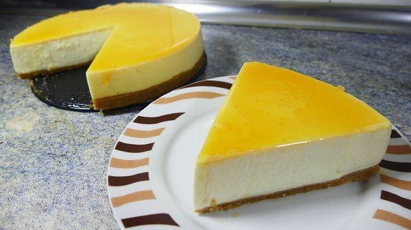 La tarta de queso y caramelo o cheesecake es la habitual tarta de queso pero, en vez de con mermelada por encima, con caramelo