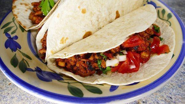Los Tacos mexicanos son una comida tipica de este país americano que consisten en carne dentro de una tortilla de maiz o trigo ¡Están riquísimos!