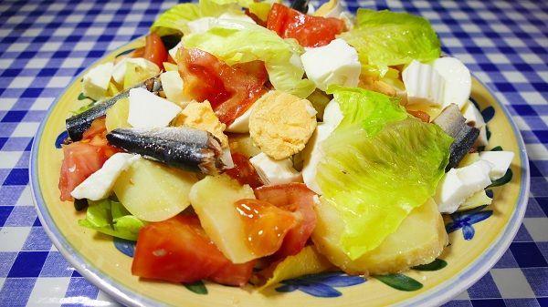La ensalada campera es una ensalada de verano. Muy fresca y con ingredientes de temporada