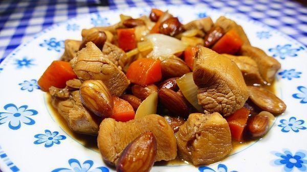 El pollo con almendras estilo chino es un guiso típico oriental consistente en estos dos ingredientes. Lleva alguna verdura más como zanahoria y cebolla ¡Una forma más de comer pollo guisado!