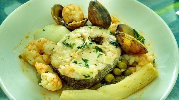 La merluza en salsa verde es una popular manera de preparar este pescado. Consiste en una merluza en rodaja cocinada en unsa salsa hecha a base de caldo de pescado, cebolla, ajo y perejil