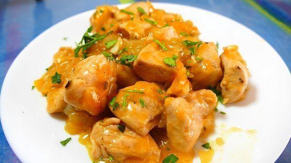 El pollo a la naranja es una comida asiática. No tiene nada que ver con el pato a la naranja, típico francés. En este caso, se trata de unas pechugas cocinadas junto a una salsa hecha a base de zumo de naranja