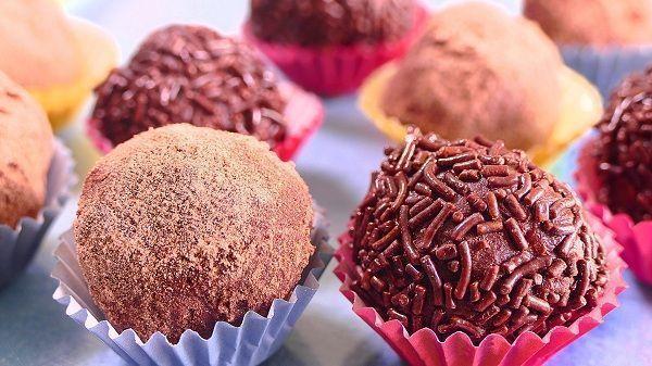 Las trufas de chocolate emulan en forma y color a las auténticas trufas. Un hongo muy cotizado de color negruzco. Este es un dulce bastante popular en todo el mundo