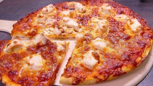 Pizza sin levadura. Para hacerla, sustituiremos la levadura y el agua por cerveza. La cerveza hará que la pizza leve en el horno ¡Y también añadirá sabor!