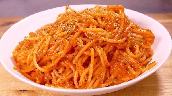 Espaguetis rojos con tomate