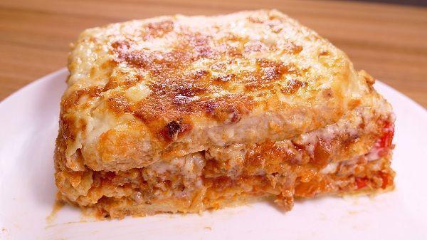La lasaña de pan de molde es una receta como la lasaña convencional, pero es más fácil y rápida de preparar ya que, no es necesario cocer las obleas de lasaña. Además de sabor es bastante parecida ya que, tanto pan como pasta tienen el mismo ingrediente en común; el trigo ¡Anímate a preparla en casa!