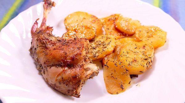Conejo al horno con patatas panaderas. Una carne muy saludable al carecer de grasa. Pero llena de proteínas