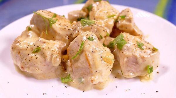 pechugas de pollo en salsa de queso. Una receta muy rica y rápida de hacer ¡Preparada en apenas 30 minutos!