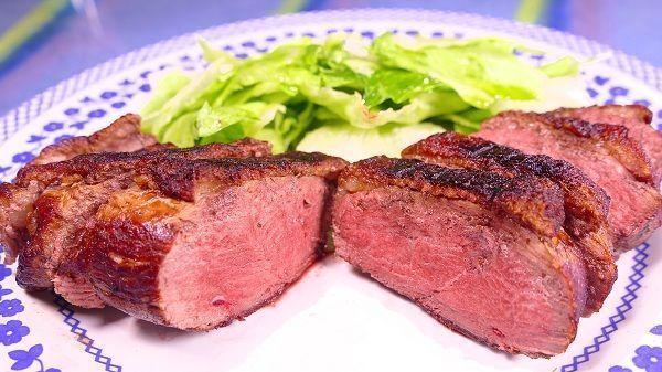 Magret de pato a la plancha. Ésta, es una carne muy grasa. debido a que el animal ha sido cebado antes de su sacrifico y que queda muy rica hecha a la plancha. Aquí, veremos unos sencillos trucos para que este plato nos quede perfecto