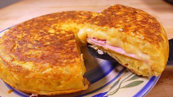 tortilla de patatas rellena de jamon y queso