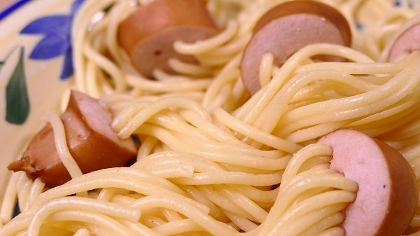 Espaguetis con salchichas pinchadas