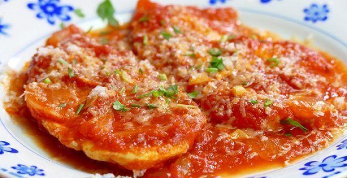 pechugas de pollo en salsa de tomate. Una receta sencilla pero muy resultona. Se hace en cuestión de pocos minutos y su resultado, espectacular