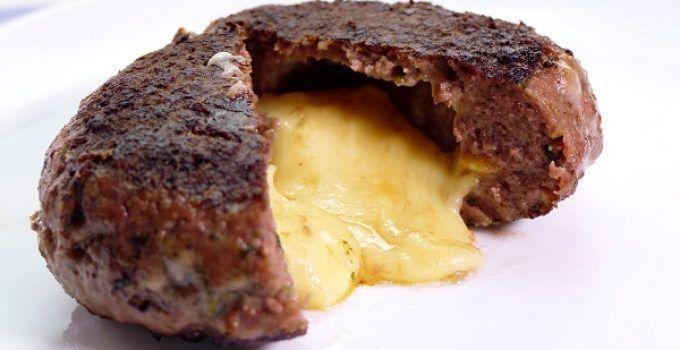 hamburguesa casera rellena de queso. Estas hamburguesas son una explosión de queso. Una receta deliciosa!