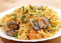 espaguetis con gambas y almejas. También conocidos como espaguetis a la marinera. Otra receta más para preparar pasta en casa