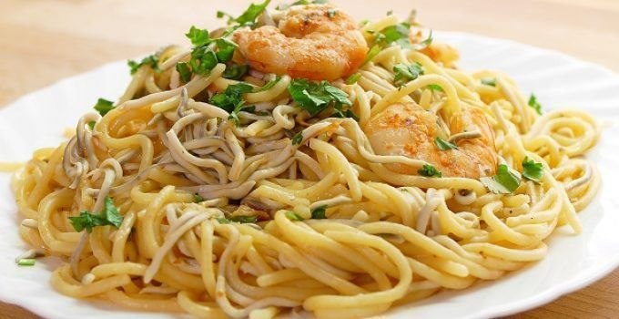 Espaguetis con gambas y gulas al ajillo. Una receta con esta popular pasta. Quedan delicosos!!