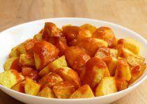 Patatas bravas. Receta facil. Este plato es muy típico de la gastronomía española y consiste en una patatas fritas o cocidas, acompañadas de una salsa picante