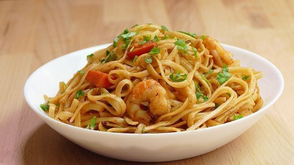 Tallarines chinos con gambas y verduras