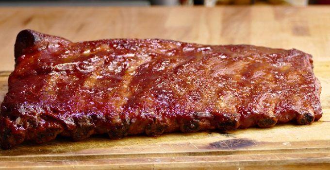 costillas de cerdo en salsa barbacoa al horno. La salsa barbacoa es casera, como debe ser