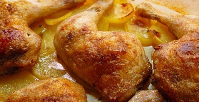 Muslos de pollo al horno con patatas. Una receta deliciosa. Aprovecharemos el calor del horno para hacer junto al pollo, unas patatas asadas