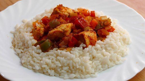 Arroz blanco con pollo y verduras
