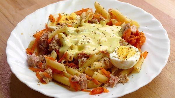 Ensalada de pasta. Una receta de ensalada hecha a base de pasta, atun, algunas verduras y mahonesa