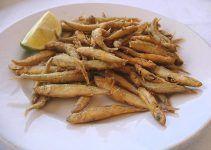 Pescaito frito. Una receta andaluza deliciosa. Consiste en diferentes pescados de pequeño tamaño enharinados y fritos