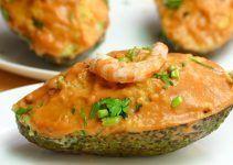 aguacates rellenos de gambas y palitos de cangrejo. Una receta refrescante, nutritiva, sana y facil de hacer