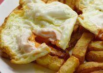 huevos rotos con patatas fritas. Una receta muy española. Un plato de bar español que nos encanta a todos