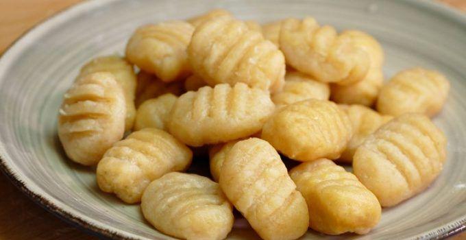 Ñoquis de patata receta facil. Los ñoquis son una especie de pasta de patata muy típica de italia