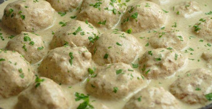 Albondigas de pollo en salsa de almendras. Receta de abuela