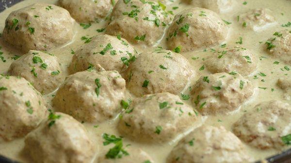 albondigas de pollo en salsa de almendras