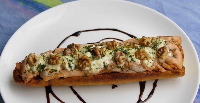 Tosta de salmon ahumado y queso. Un aperitivo facil de hacer