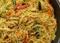 Noodles de arroz con verduras. Los noodles son una especie de espagueti de origen chino, mucho más finos que éstos